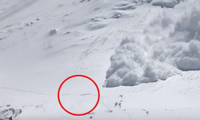หิมะถล่มบนยอดเขาเลนิน วิ่งหนีตายวุ่น