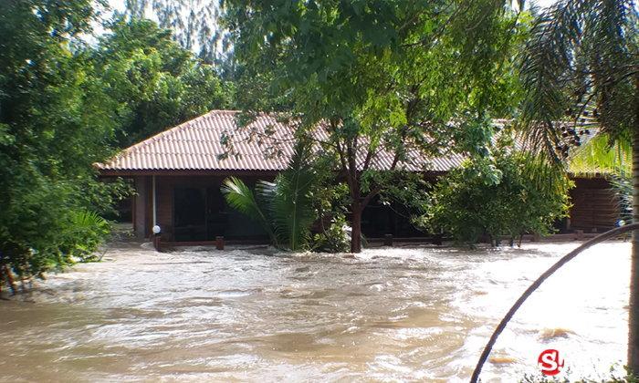 น้ำท่วมทะลักรีสอร์ทหรูเพชรบุรี ช่วยระทึก 60 ชีวิตออกมาไม่ได้