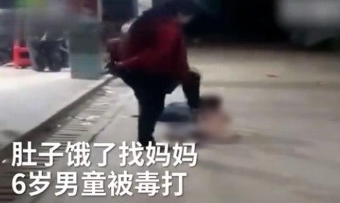 วิจารณ์สนั่น เด็กชายหิววิ่งไปหาแม่ กลับถูกตบตีกระทืบซ้ำ