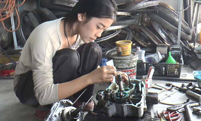 เปิดใจ ช่างซ่อมรถจยย. สาววัย 18 ปี อยากช่วยเเบ่งเบาภาระให้พ่อ