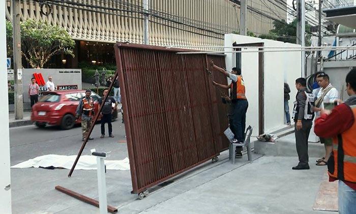 ระทึกกลางกรุง ประตูเหล็กล้มทับหนุ่มดับคาที่ในสุขุมวิท 22