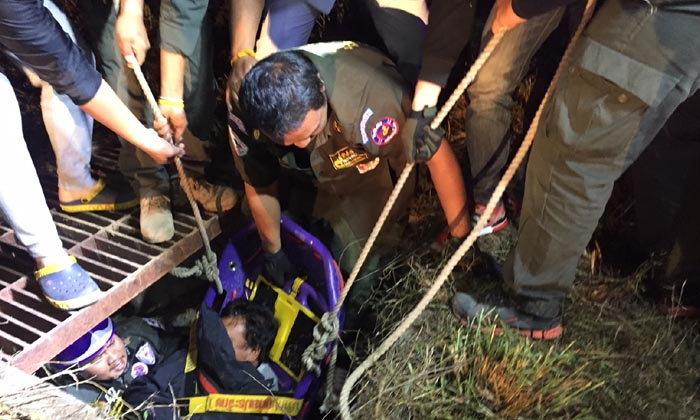 หนุ่มจอดรถปัสสาวะข้างถนน ก่อนร่วงหายตกท่อ ลึก 2 เมตร