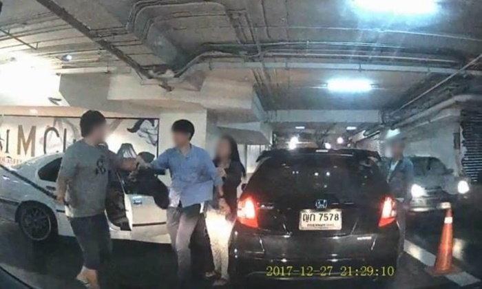 หนุ่มชักดาบขับเก๋ง BMW หวังแทงคู่กรณีในลานจอดรถ เข้ามอบตัวแล้ว