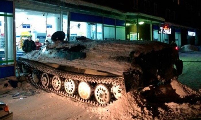 หนุ่มรัสเซียขโมยรถถังซิ่งชนซุปเปอร์มาเก็ต ฉกไวน์ 1 ขวด