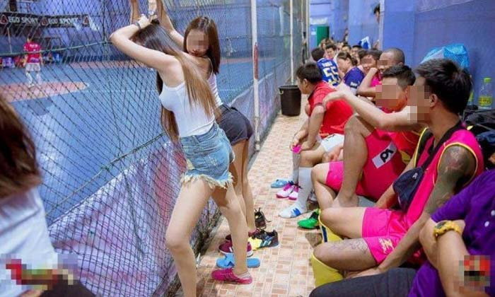 โซเชียลแฉภาพสนามแข่งบอลสุดหวิว มี 'พริตตี้' ไว้บริการนักเตะ