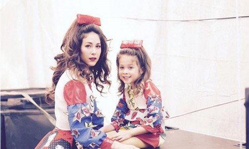 กราบความเป๊ะ ฝาแฝดแม่ลูก พอลล่า-ไลลา