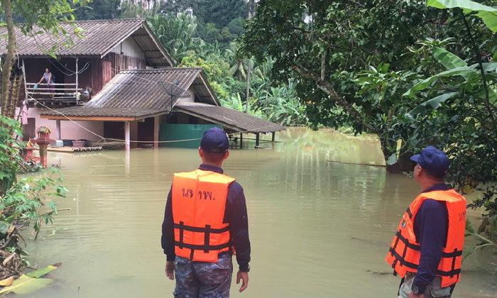 """ประกาศ """"เขตช่วยเหลือภัยพิบัติฉุกเฉิน"""" ในพื้นที่ """"อำเภอพนม"""" หลังน้ำยังท่วมต่อเนื่อง"""