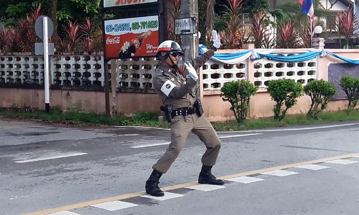 """ยิ้มเข้าไว้! """"ตำรวจจราจร"""" เต้นกลางแยก หวังสร้างรอยยิ้ม-คลายเครียดผู้ใช้ถนน"""