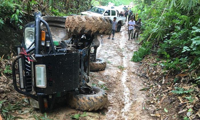 รถเจ้าหน้าที่พลิกคว่ำกลางป่าทุ่งใหญ่ฯ ชาวบ้านวอนปรับปรุงถนนหวั่นเกิดเหตุซ้ำ