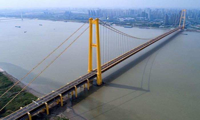 """จีนเปิดใช้ """"สะพานแขวน 2 ชั้น"""" ข้ามแม่น้ำแยงซี ครองสถิติยาวสุดในโลก"""