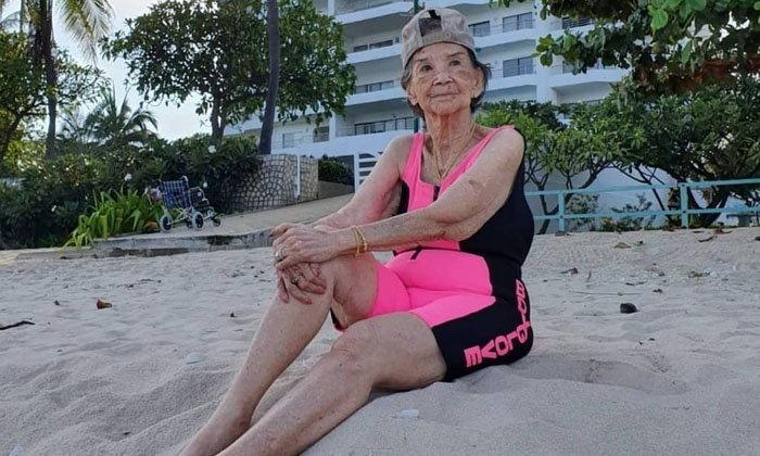 """อายุเป็นเพียงตัวเลข """"คุณยายมารศรี"""" กับชุดว่ายน้ำสีชมพูสดใสในวัย 98 ปี"""