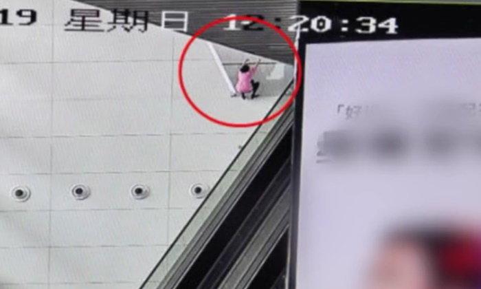 ระทึกกลางแอร์พอร์ต สาวจีนปีนผนัง 10 เมตร โดดลงมาทับทหารหนุ่มเจ็บ
