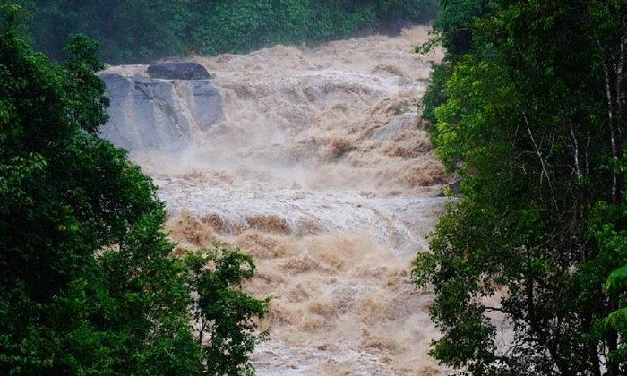ฝนตกกระหน่ำพัทลุง น้ำป่าเทือกเขาบรรทัดไหลหลากท่วมหมู่บ้าน