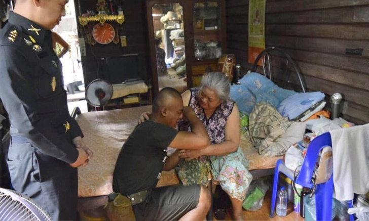 พลทหารร่ำไห้ได้กลับมาเยี่ยมยายป่วยติดเตียง ชาวเน็ตขอดราม่าจี้ยกเลิกเกณฑ์ทหาร