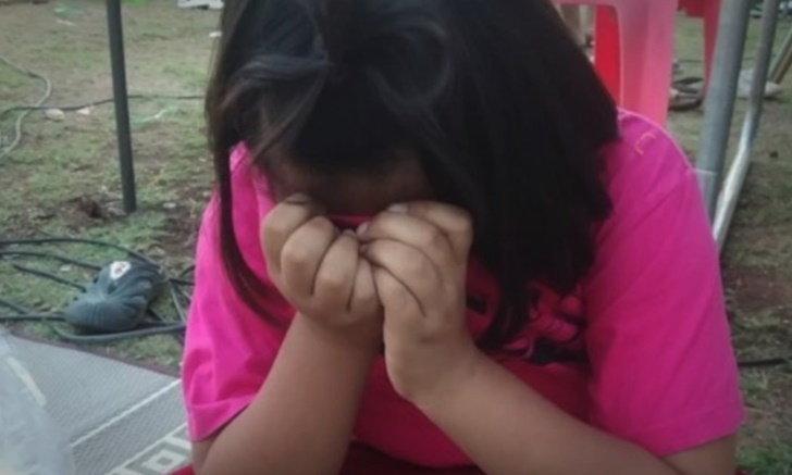 คลี่ปมดราม่าเด็กหญิงสะอื้น นั่งขายกระทงลายการ์ตูน แต่ผู้ใหญ่ขู่จับลิขสิทธิ์