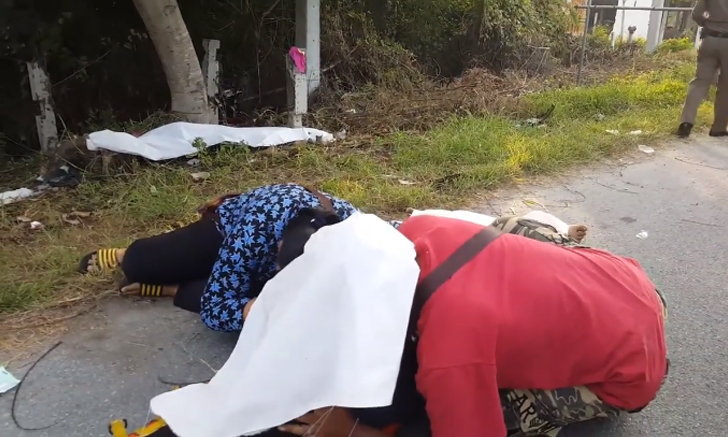พ่อแม่สะอื้นกอดศพ นักศึกษาหนุ่มกลับจากทำงานรถชนเสาปูน ดับคาที่ 2 สาหัส 1