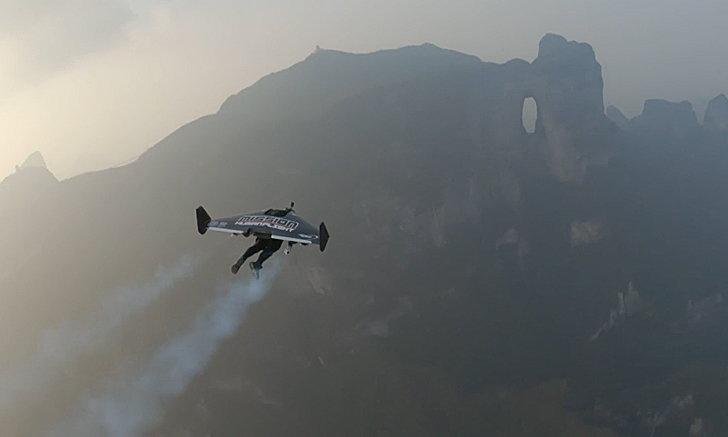 ฮือฮา! 2 หนุ่มแดนน้ำหอมติดปีกบินโลดโผน ลอดประตูสวรรค์จางเจียเจี้ย