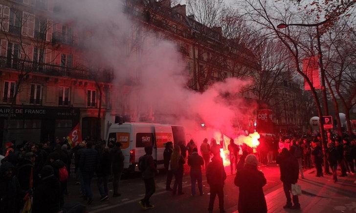 เป็นอัมพาตทั้งประเทศ! ชาวฝรั่งเศสนับแสนลุกฮือ หวังล้มแผนปฏิรูปบำนาญ