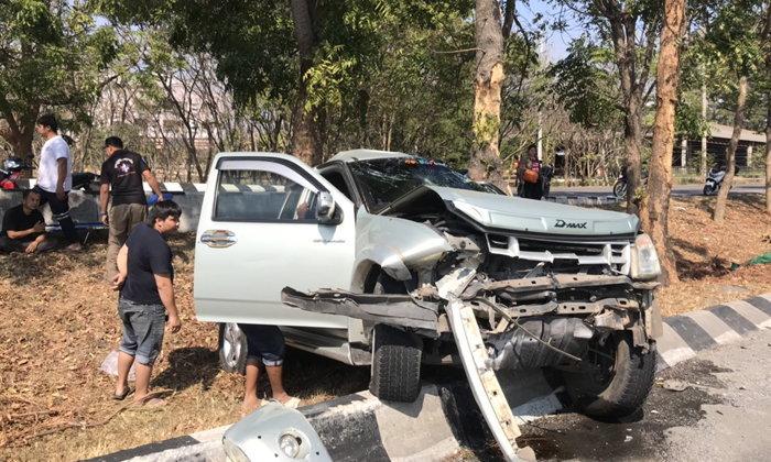 หนุ่มใหญ่โคราชขับกระบะเสียหลักลงข้างถนนมิตรภาพ รถพังยับคนขับสาหัส