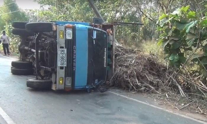 โค้งปราบเซียน! รถบรรทุกอ้อยหลุดโค้งพลิกคว่ำคนขับบาดเจ็บ เผยโค้งนี้เจ็บมาหลายราย