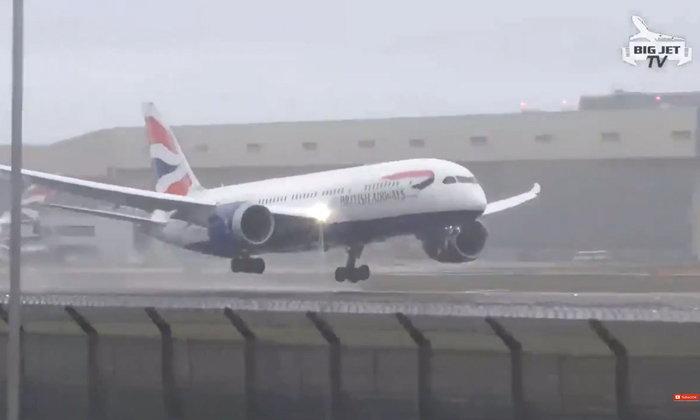 สุดระทึก เครื่องบินเจอลมกระโชกแรงในกรุงลอนดอน แล่นลงจอดไม่ได้