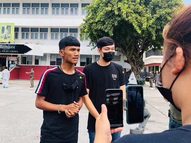 ไมค์ ภาณุพงศ์ (ซ้าย) ให้สัมภาษณ์กับสื่อหลังชูป้ายประท้วงนายกรัฐมนตรี ที่ จ.ระยอง