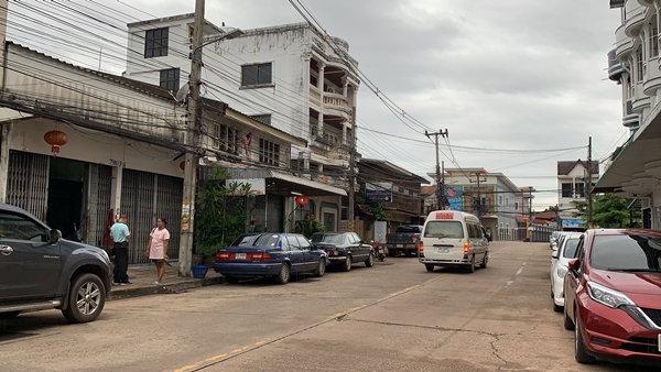 น.ส.กัลยา เจ้าของบ้าน (เสื้อสีชมพู) ยืนเล่าเหตุการณ์ที่จุดเกิดเหตุ