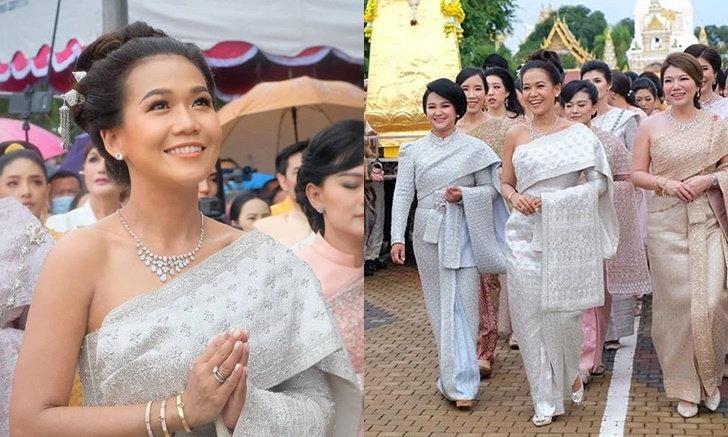 """สวยมาก """"กาละแมร์"""" แต่งชุดไทยไปถวายทองหุ้มปลียอดส่วนฐานพระธาตุพนม"""
