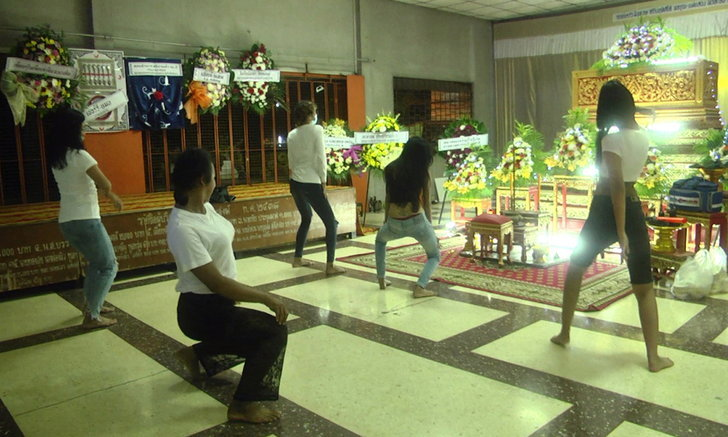เต้นให้คนตายดู แก๊งเพื่อนทำตามสัญญาจัดโคโยตี้มาเต้นหน้าโลงศพ