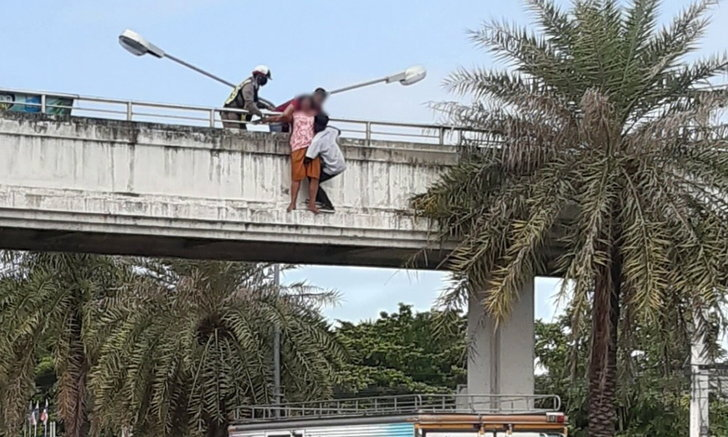 ฮีโร่รถส่งน้ำแข็ง จอดรถขวางถนนช่วยสาวใหญ่เครียดหวิดกระโดดสะพานลอย
