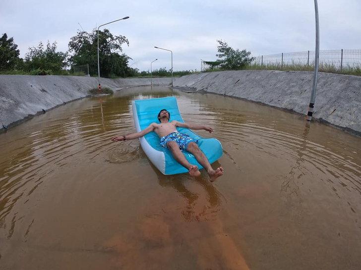 เล่นน้ำประชดการรถไฟฯ น้ำท่วมอุโมงค์นับเดือน