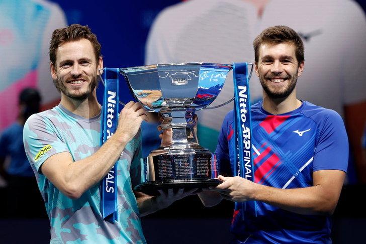 นิโกลา เมกติก และเวสลีย์ โคลฮอฟ ถือถ้วยรางวัลรายการ Nitto ATP World Tour Finals