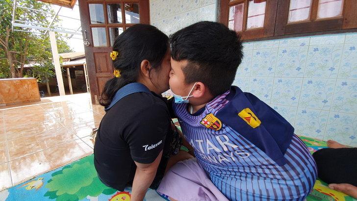 """กำลังใจดีมาก """"น้องแมนยู"""" เด็กตาบอดยอดกตัญญู หมอต่อแขนซ้ายที่ขาดให้แล้ว"""