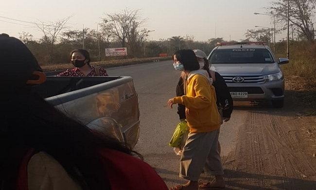 ภาพผู้โดยสารรถทัวร์ที่ต้องโบกรถกระบะไปต่อกันเอง