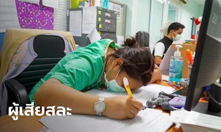 """เปิดภาพ """"บุคลากรทางการแพทย์"""" ด่านหน้ารับมือโควิด ฟุบหลับทั้งที่มือยังจับปากกา"""
