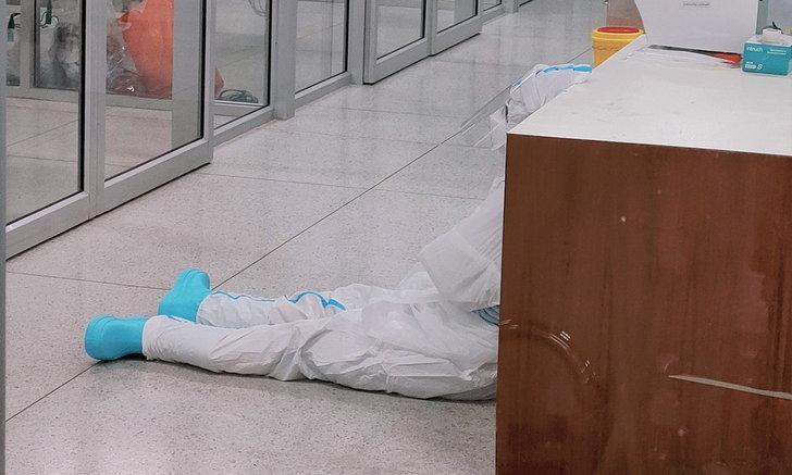 พยาบาลโพสต์เศร้า ผู้ป่วยโควิดที่ดูแลจนสนิทกันเสียชีวิต ถึงกับนั่งทรุด หมดกำลังใจ