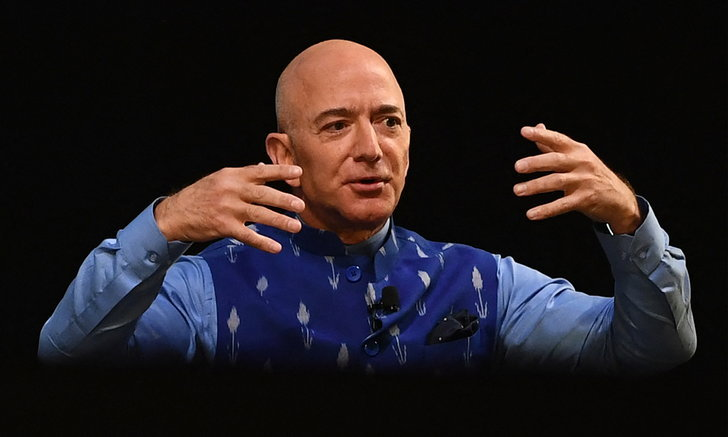 """เศรษฐีปริศนาควักกระเป๋า 900 ล้านบาท ท่องอวกาศกับ """"เจฟฟ์ เบโซส"""""""