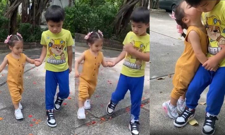 """พี่ชายอบอุ่น """"ดีแลน"""" จูงมือน้องเดินไม่ห่าง ภาพน่ารัก """"น้องเดมี่"""" เขย่งหอมแก้มพี่ชาย"""