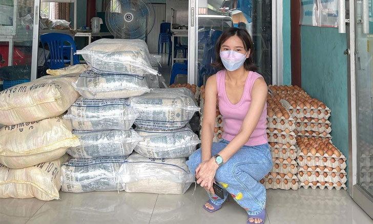 """""""ออม สุชาร์"""" แจกข้าวสารให้ชุมชน ถามว่าประเทศไทยมาถึงจุดนี้ได้อย่างไร"""