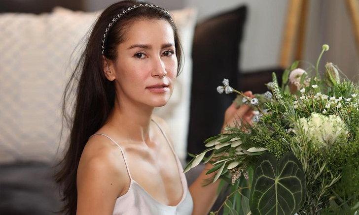 """""""เอ ทินพันธ์"""" เปิดภาพถ่าย """"แอน ทองประสม"""" ขนาดนั่งจัดดอกไม้ยังสวยละมุน แอบเซ็กซี่เบาๆ"""