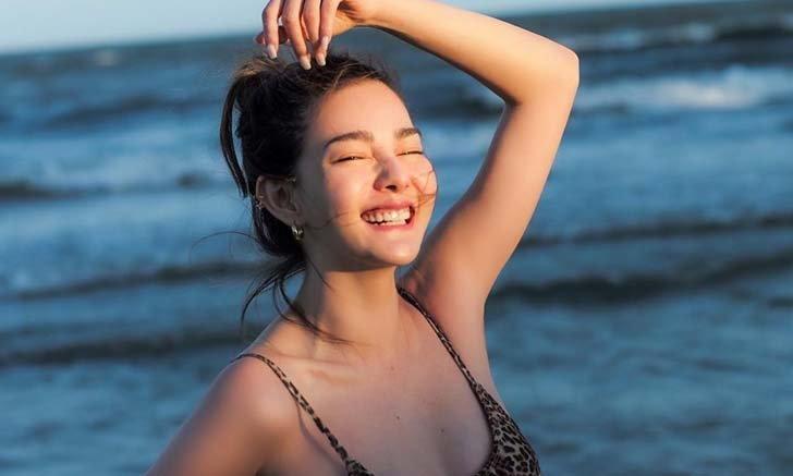 """""""ดิว อริสรา"""" ภาพนี้ดาเมจแรงมาก ยิ้มแจกความสดใสไม่ต้องใส่ชุดว่ายน้ำก็ยังแซ่บ"""