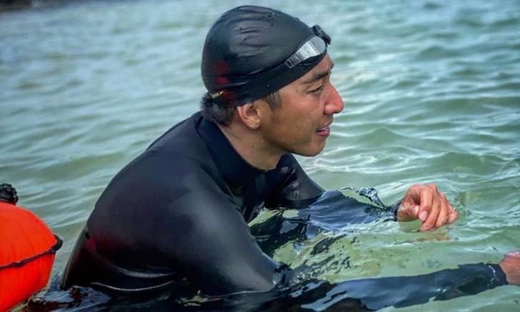"""""""โตโน่"""" เริ่มแล้ว วันแรกของการว่ายน้ำข้าม 12 เกาะ ปลูกจิตสำนึกอนุรักษ์ทะเลไทย"""