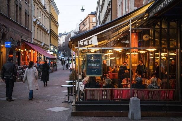 ร้านอาหารในกรุงสตอกโฮล์ม เมืองหลวงของสวีเดน ที่ยังเต็มไปด้วยผู้คน เช่นเดียวกับในสถานการณ์ปกติ