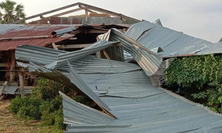 พายุถล่มศรีสะเกษบ้านเรือนพังยับ สุดสลดฟ้าผ่าหนุ่มใหญ่ดับกลางทุ่ง