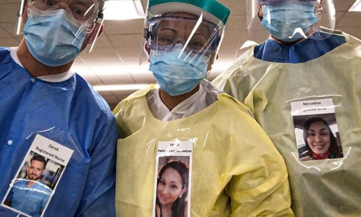"""ทีมหมอ """"COVID-19"""" พร้อมใจติดรูปตัวเองที่ชุดป้องกัน หวังผ่อนคลายผู้ป่วย"""