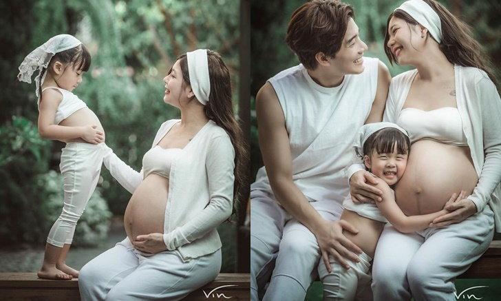 """""""กุ๊บกิ๊บ"""" เผยภาพถ่ายครอบครัวอบอุ่นใกล้คลอด """"เป่าเปา"""" โชว์พุงเป็นเพื่อนแม่"""