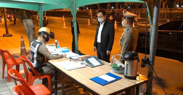 prayuth-inspect-curfew