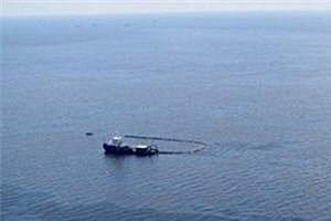 แท่นขุดเจาะน้ำมันสหรัฐที่จมใต้ทะเลยังมีน้ำมันรั่วต่อเนื่อง