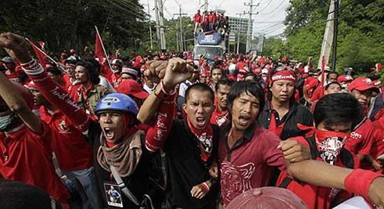 เสื้อแดงป่วน!!แมตช์บุรีรัมย์-ชัยภูมิเลื่อนยาว