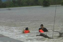 ห่าม! วัยรุ่นซิ่งสองล้อฝ่าน้ำท่วม เจอน้ำพัดหวิดดับ